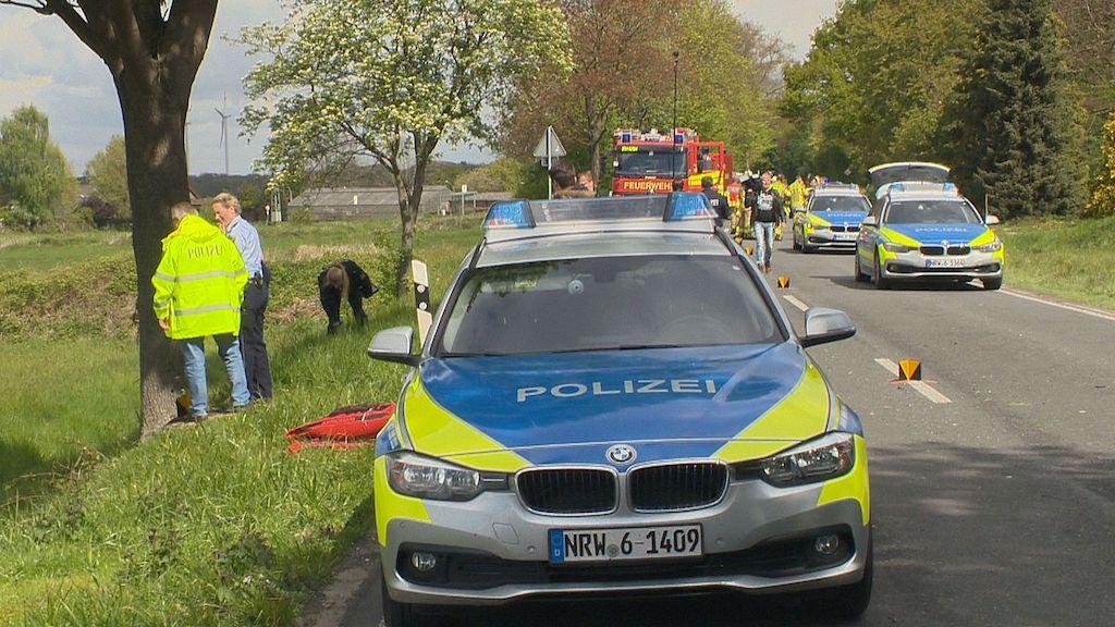 Straelen Maasstraße Mini gegen Baum. Fahrer herausgeschleudert, tot