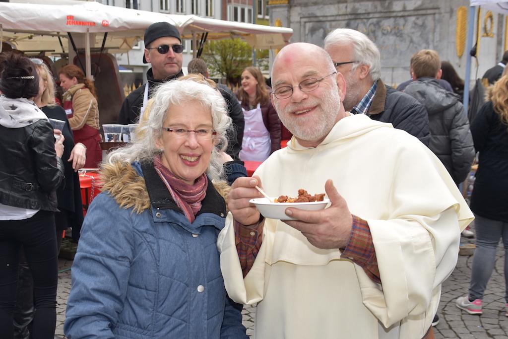Pater Wolfgang und eine Mitarbeiterin der Armenküche