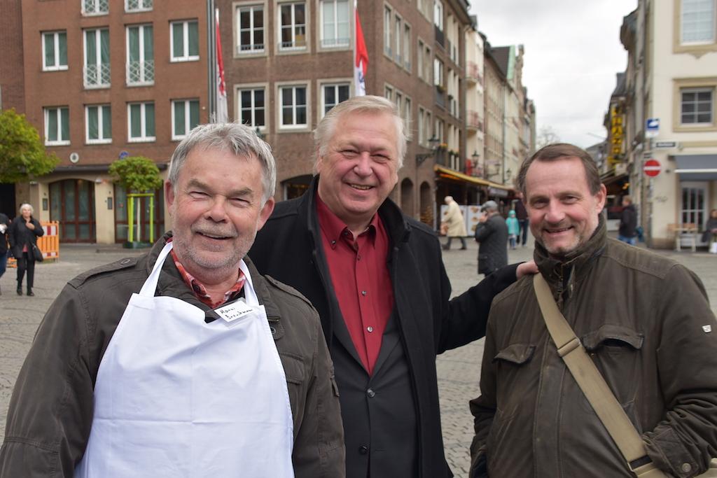 Manni Breuckamnn und Dieter Schneider-Bichel mit Besucher