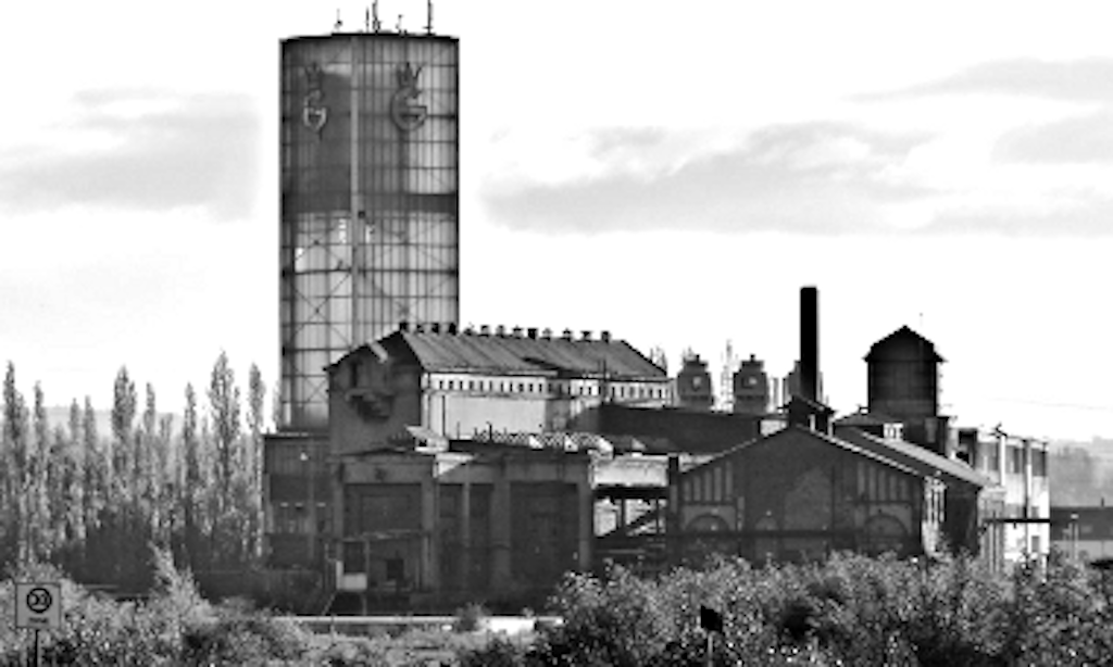 Die Hütte: Wasserturm, Elektrozentrale und Kesselhaus (von links).