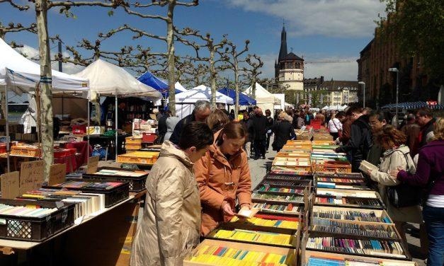 Büchermeile auf der Rheinuferpromenade