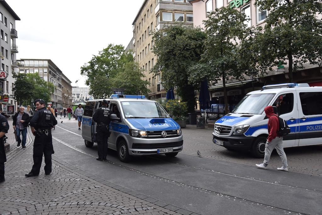 Polizeiaufkommen in der Altstadt Foto: LOKALBÜRO