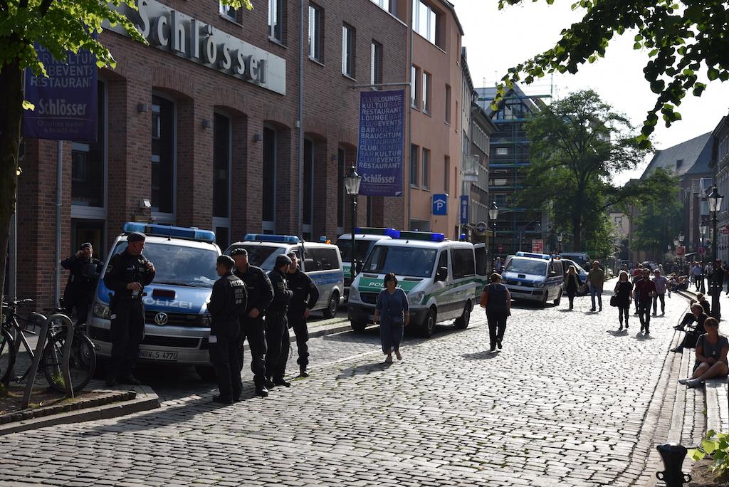 Polzeifahrzeuge in Warteposition Foto: LOAKLBÜRO