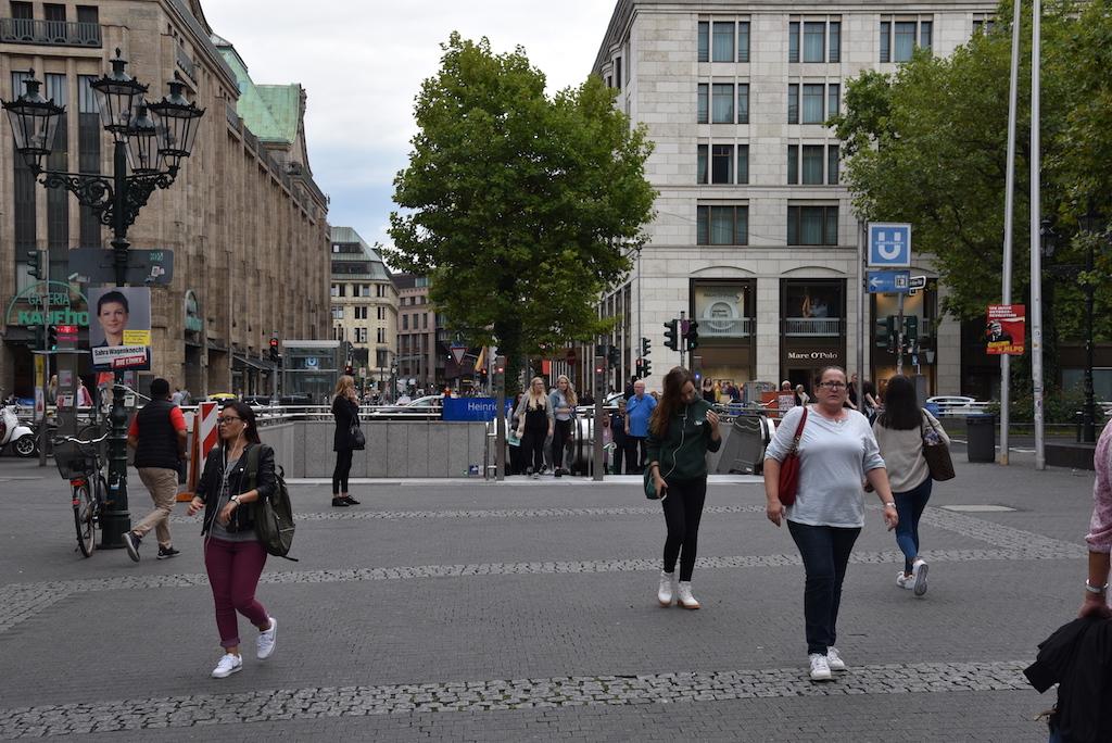 U-Bahnniedergang am  Heinrich-Heine-Allee ohne Masten Foto: LOKALBÜRO