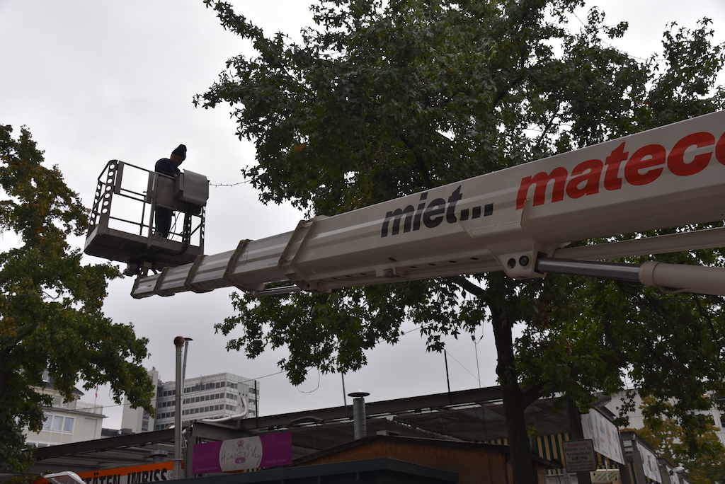 Anbringen der Lichterketten am Carlsplatz Foto: LOKALBÜRO