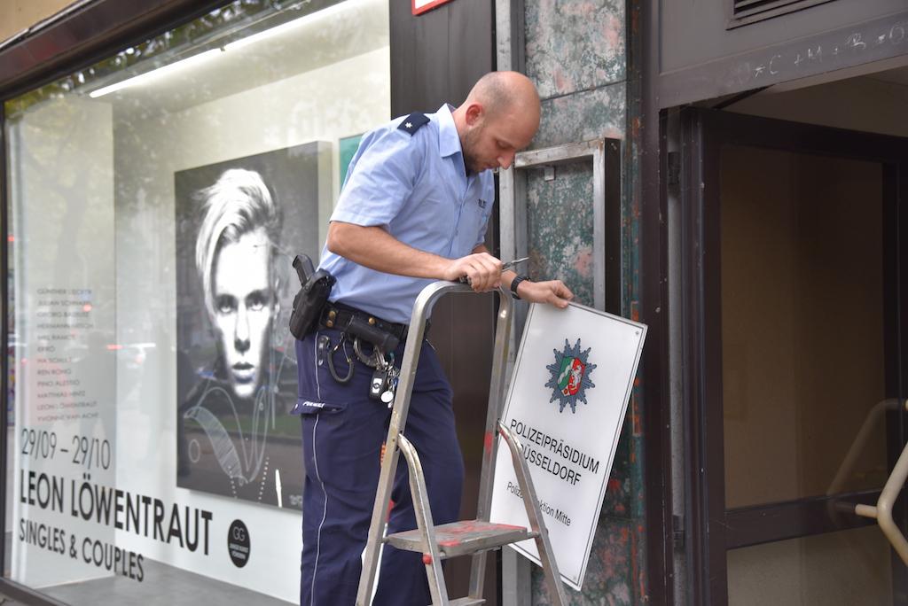 Schilder werden abgeschraubt Foto: LOKALBÜRO