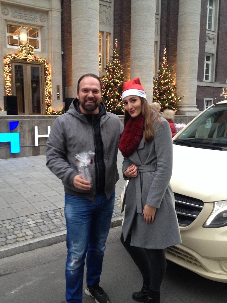 "Taxifahrer und ""Nikolaus"" Foto: LOKALBÜRO"