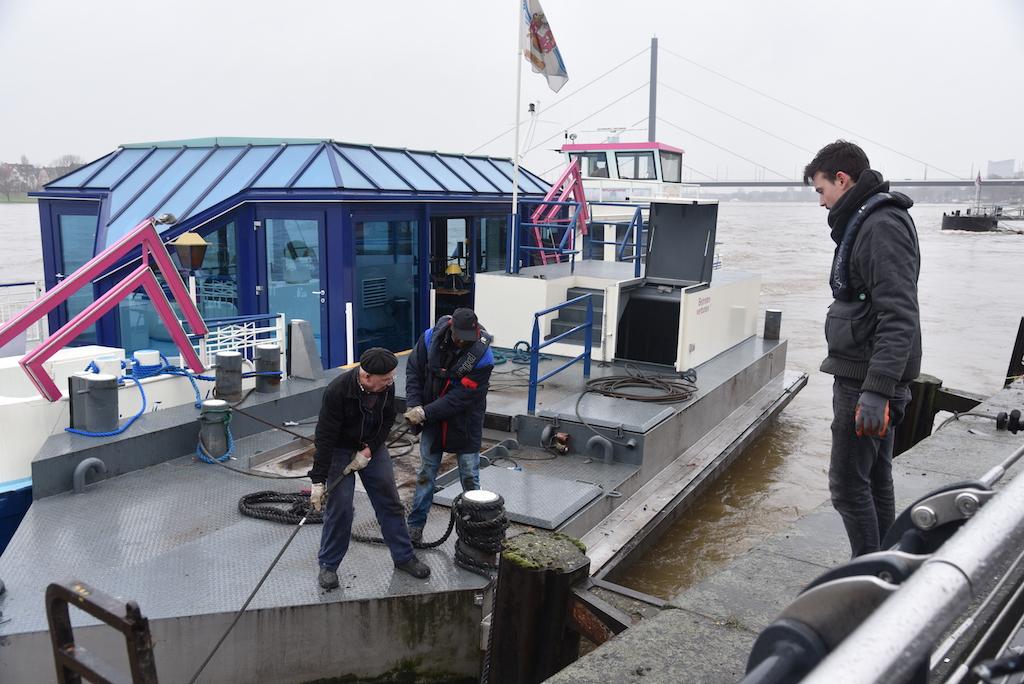 Abbau des Ponton der Kirmesfähre Foto: LOKALBÜRO