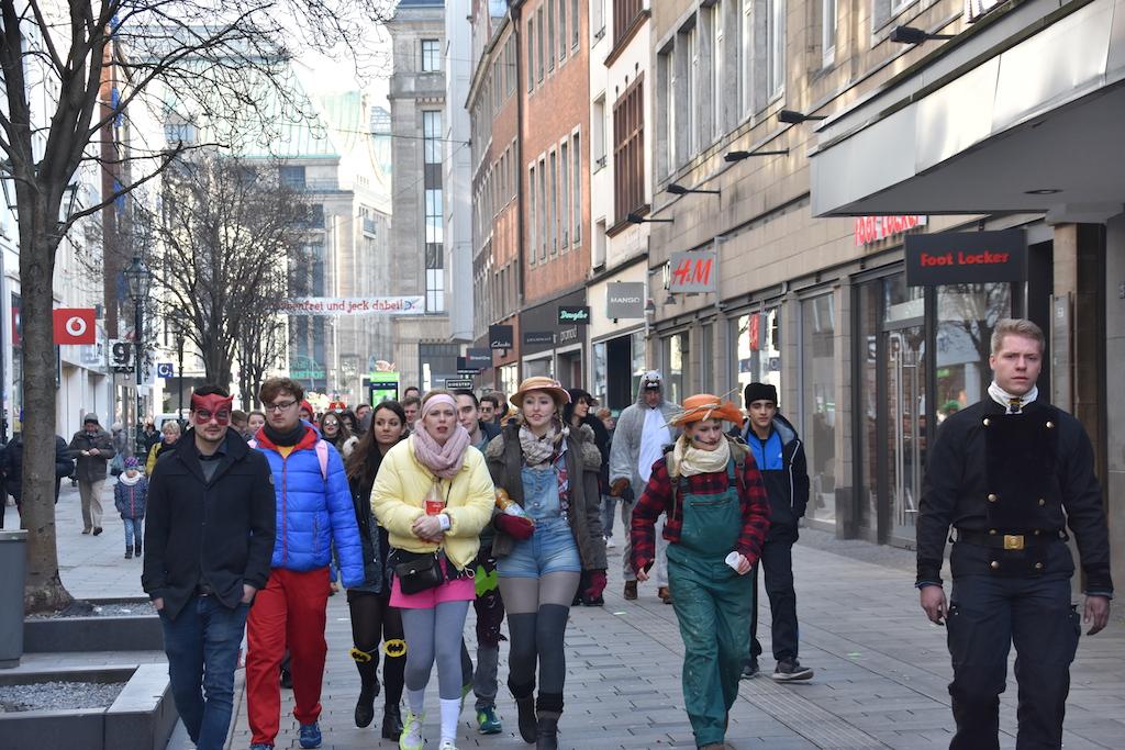 Nachrücken der Jecken in der Flingerstraße Foto: LOKALBÜRO