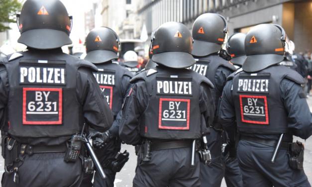 Nicht angemeldete und unfriedliche Versammlung löst Großeinsatz der Polizei aus