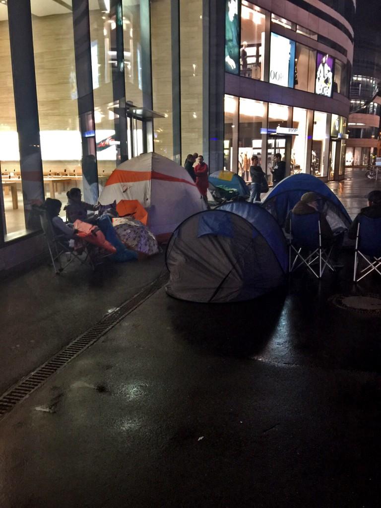 Zelten vor Apple - Regen spielt da keine Rolle Foto: MARTIN LAUPPE-ASSMANN