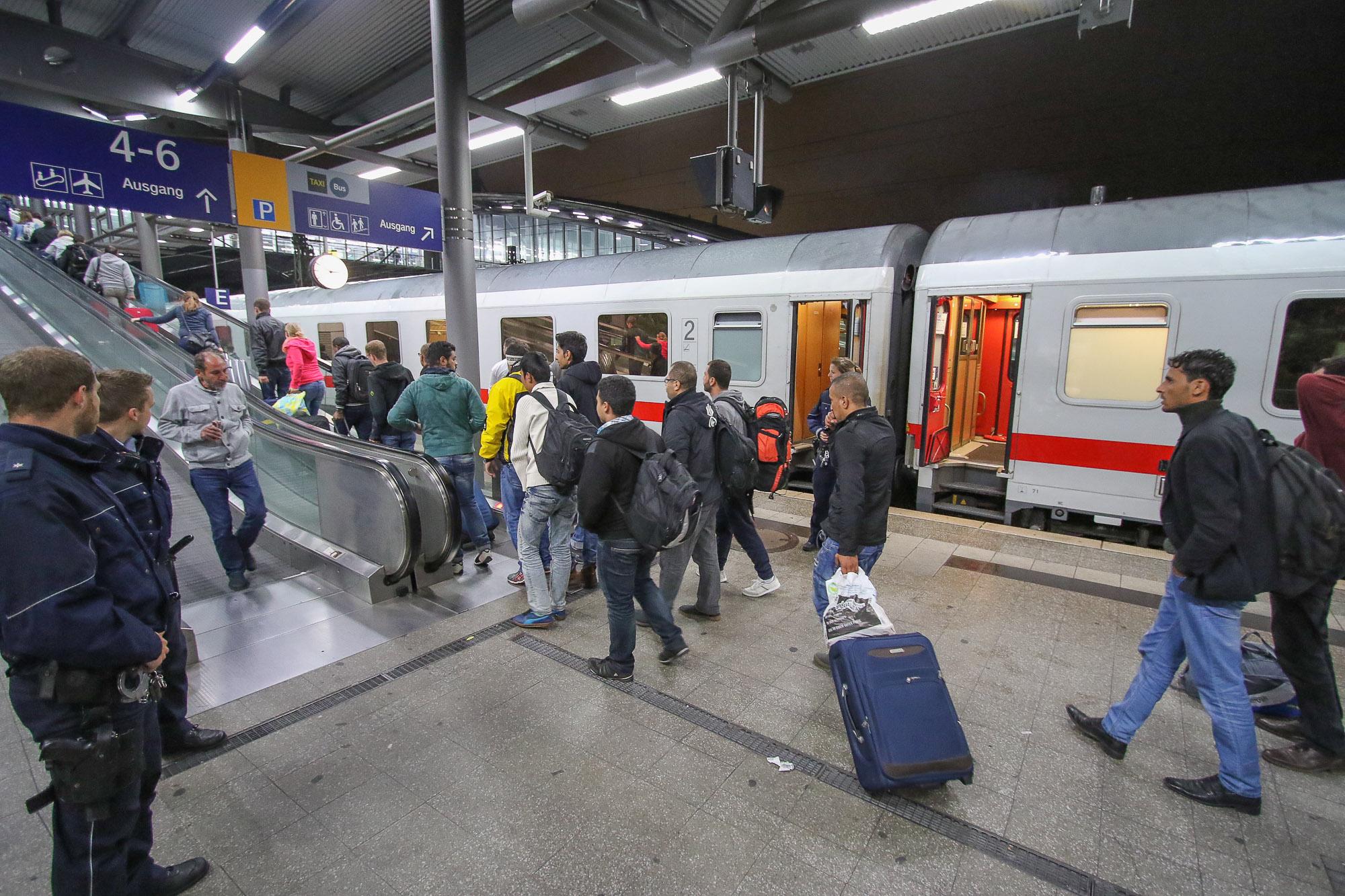 Weitere Flüchtlinge erreichen Düsseldorf In der Nacht zu Montag