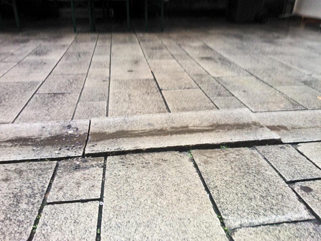 Den kompletten Rinnstein hat das Wasser angehoben Foto: LOKALBÜRO
