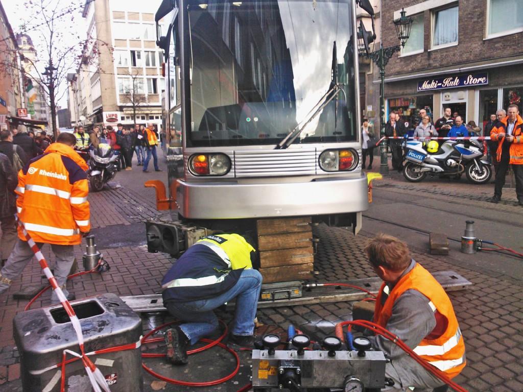 Der Unglücks-Zug ist aufgebockt, wird zurück ins Gleis bugsiert Foto: LOKALBÜRO