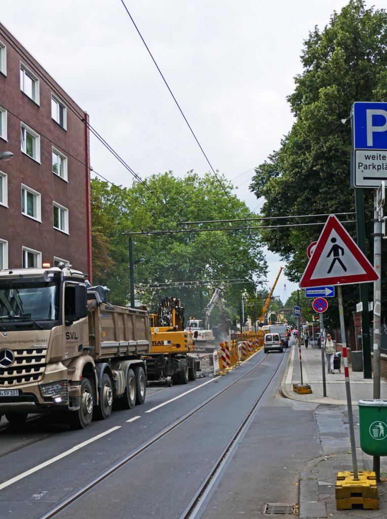 Für den Rückbau einseitig gesperrt: die Heyestraße in Gerresheim Fotos: LOKALBÜRO