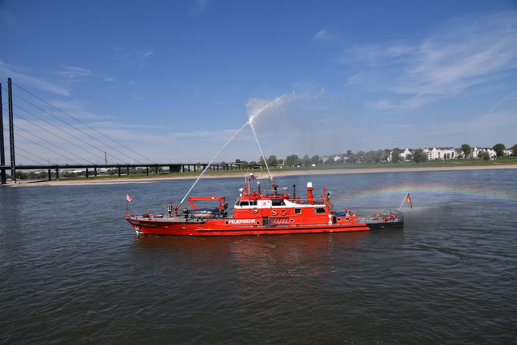 Feuerlöschboot in Höhe des Ziels