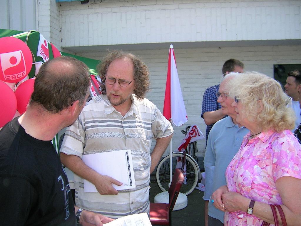 2005 Mahnwache vor der Hütte: Zeitzeuge Uwe Koopmann spricht mit Mitarbeitern     Fotos: UWE KOOPMANN