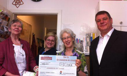 Carlstadt übergibt Spendenscheck