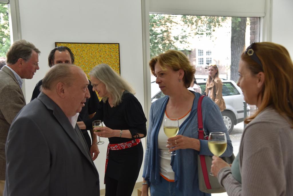 Prof. Kuhna im Gespräch mit Besuchern Foto: LOKALBÜRO