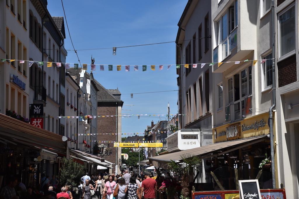 Fahnenketten Bergerstraße Foto: LOKALBÜRO