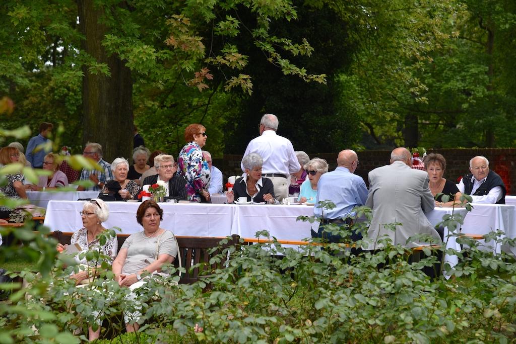 Gäste im Rosengarten Foto: LOKALBÜRO