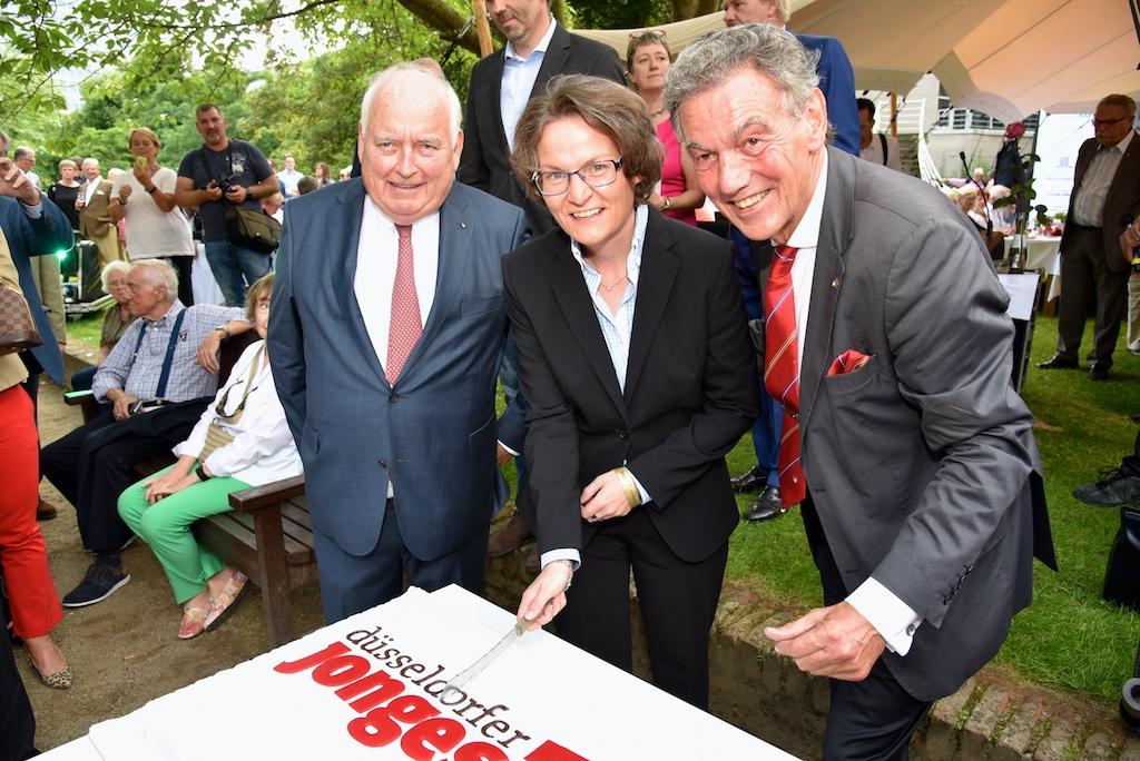 Anscheiden der Geburtstagstorte Friedrich Conzen, Ministerin Ina Scharrenbach Foto: LOKALBÜRO