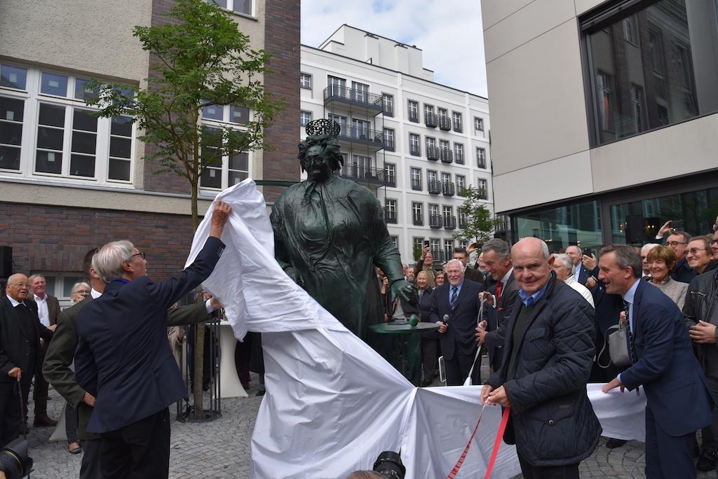 Rechts im Bild HerrSchmäke von der Gießerei Foto: LOKALBÜRO