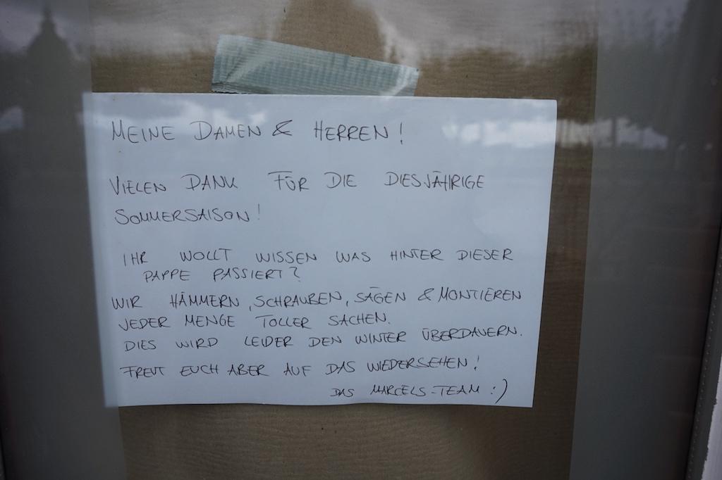 Schild an der Fensterscheibe Foto: LOKALBÜRO