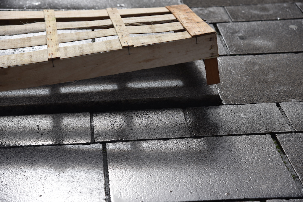 Holzkisten als Stolperfalle Foto: LOKALBÜRO
