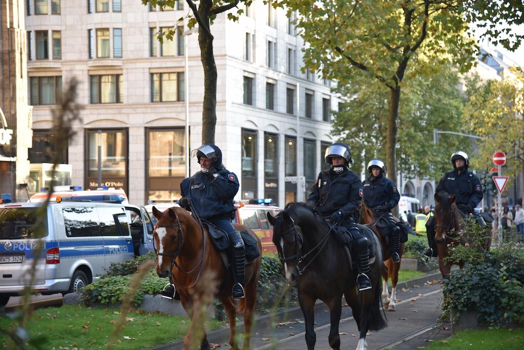 Polizeipferde im Einsatz Foto: LOKALBÜRO