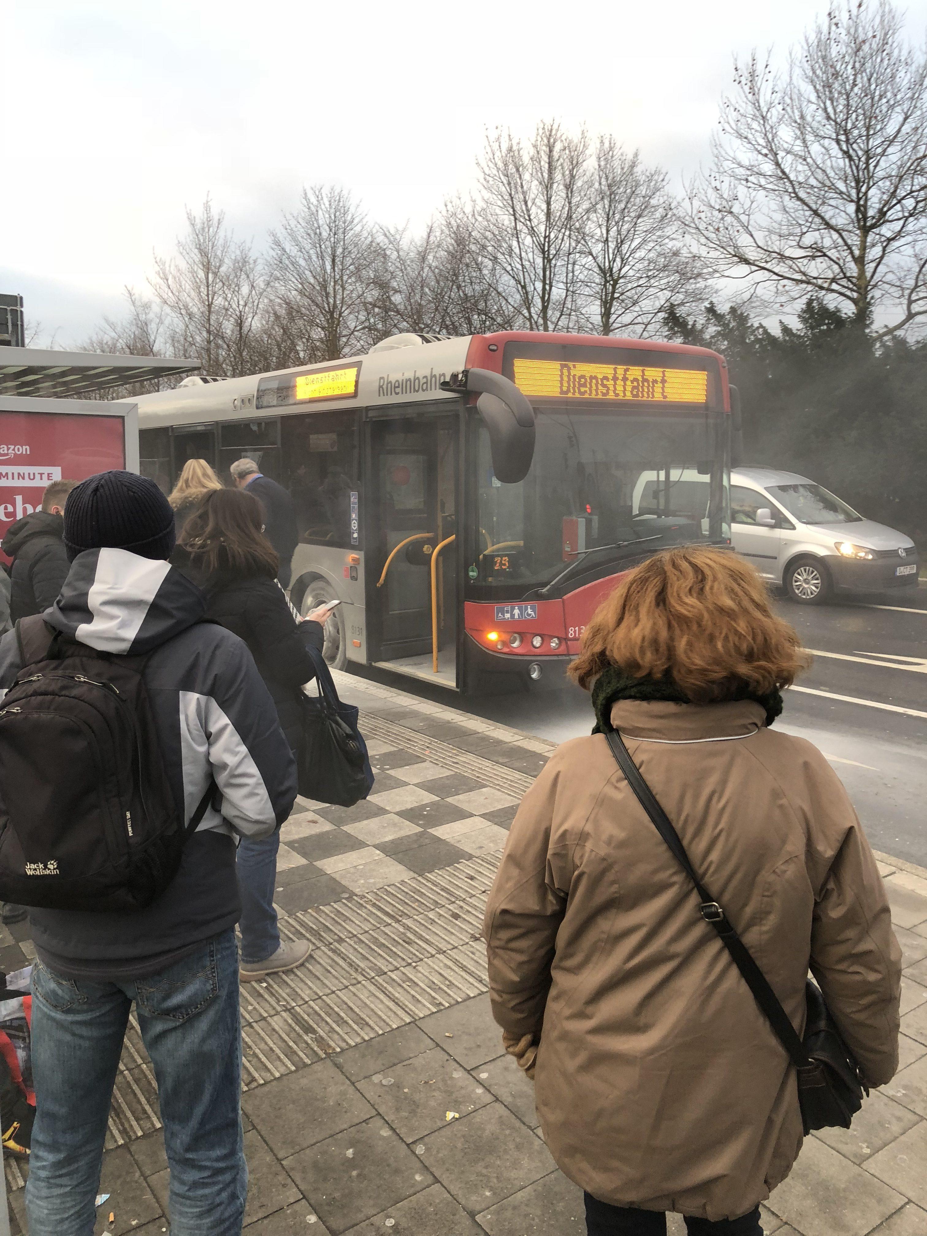 Brennender Bus an der Haltestelle Foto: LOKALBÜRO