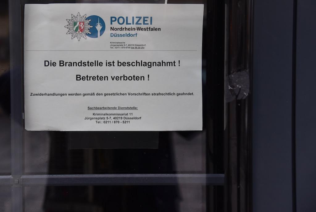 Schild an der Eingangstür des Lokals Foto: LOKALBÜRO