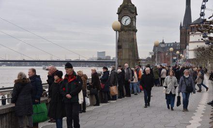 Rheinhochwasser lockt Spaziergänger und Touristen an