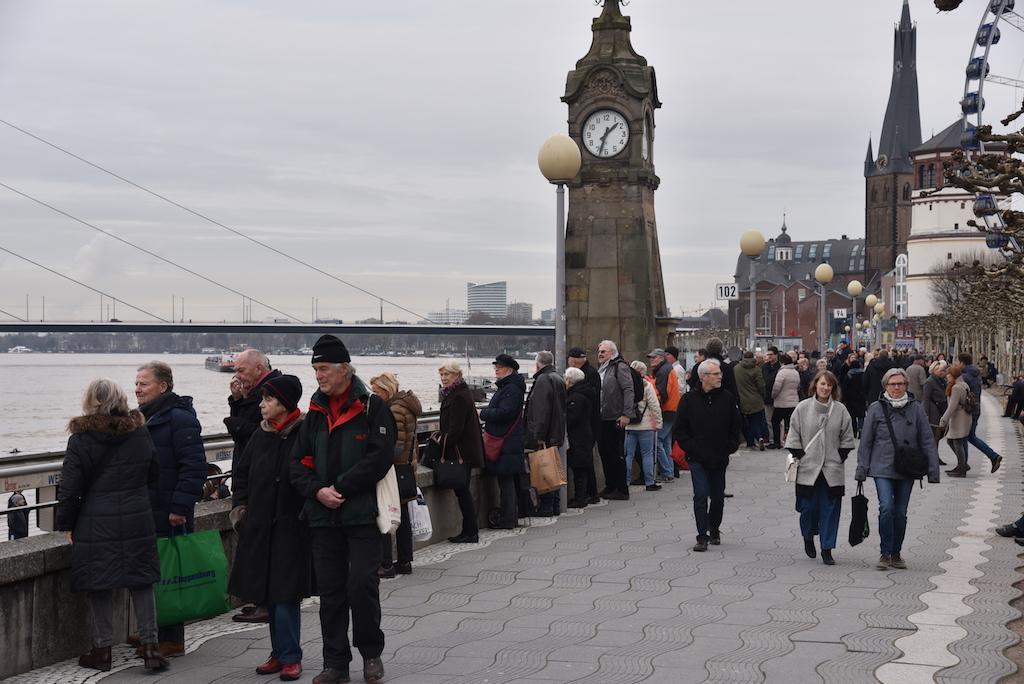 Besucher und Touristen am Rhein Foto: LOKALBÜRO