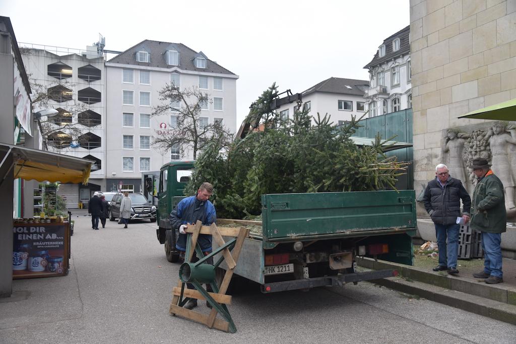 Abbbau Weihnachtswunschbaum auf dem Carlsplatz Foto: LOKALBÜRO