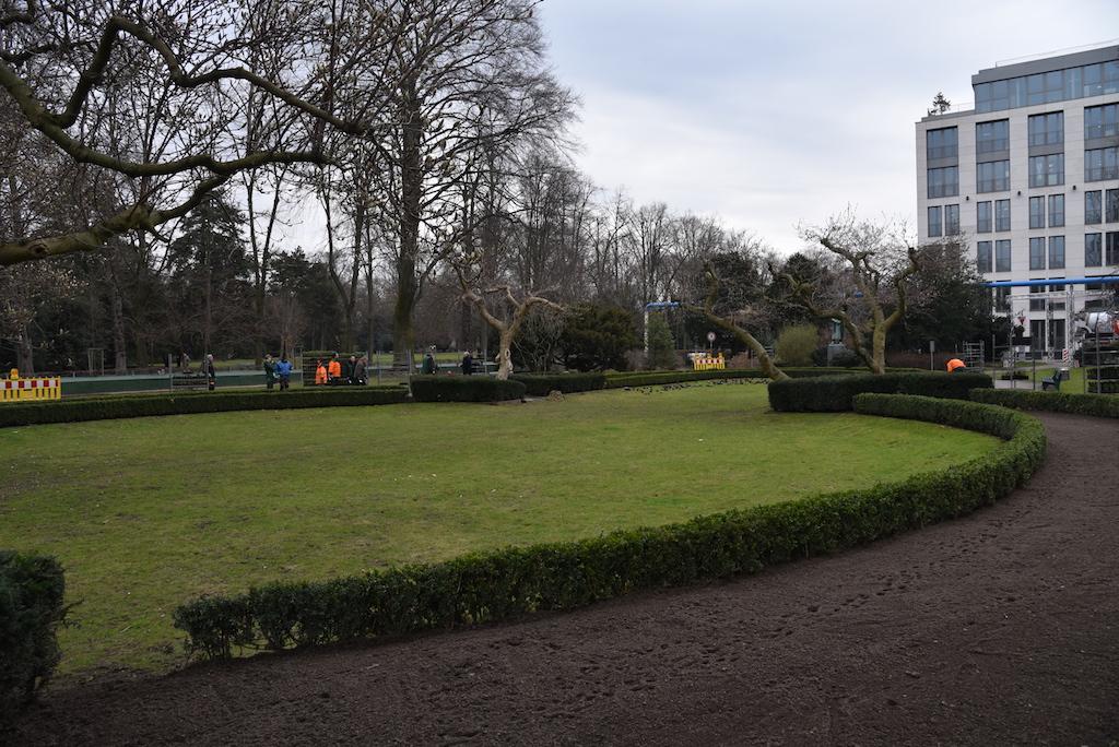 Pflanzarbeiten im Hofgarten Foto: LOKALBÜRO