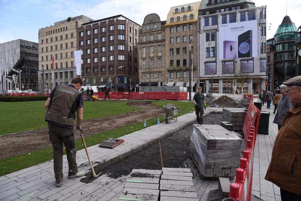 Enferne des Pflaster am Corneliusplatz Foto: LOKALBÜRO