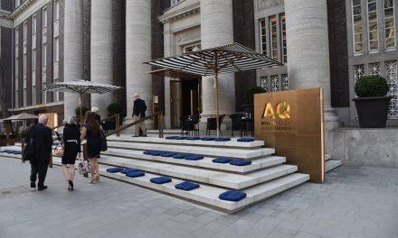 Sitzkissen auf den Stufen zum Andreas Quartier