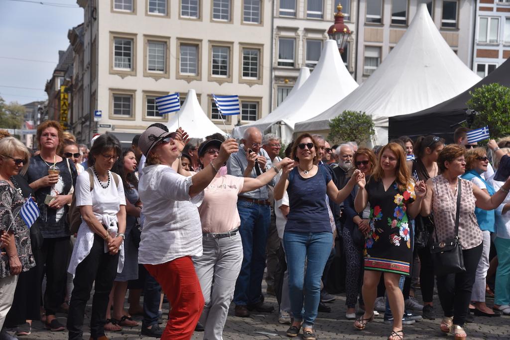Fröliche Griechen auf dem Marktplatz Foto: LOKALBÜRO
