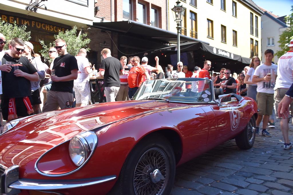 Ein Jaguar E in den Fortunafarben Foto: LOKALBÜRO