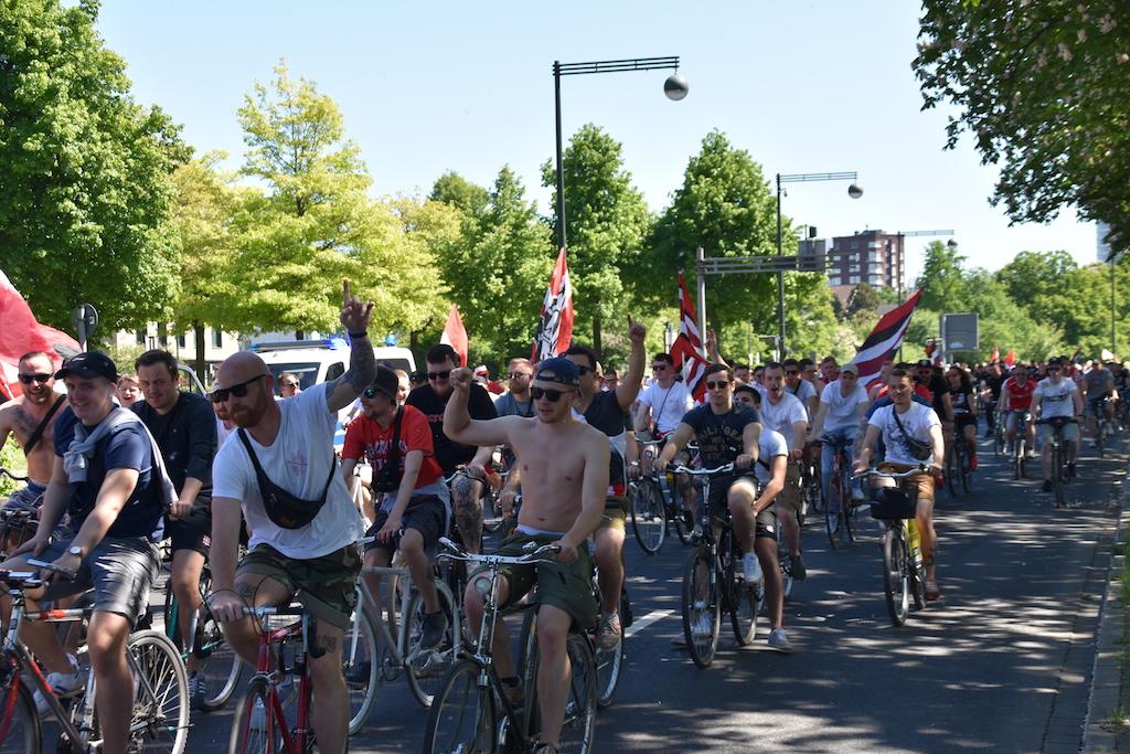 Fahrradkorso Richtung Arena Foto: LOKALBÜRO
