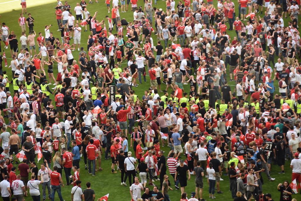 Fans stürmen den Rasen Foto: LOKALBÜRO