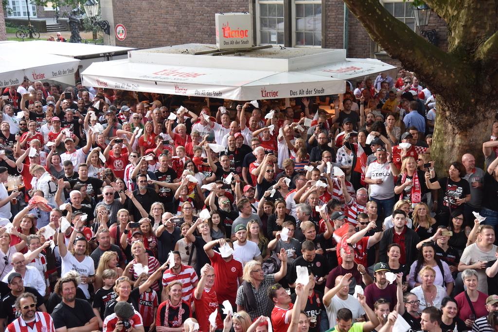 Fans vor dem Uerige Foto: LOKALBÜRO