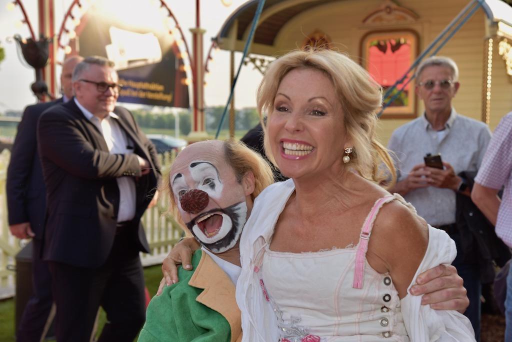 Schauspielerin Jeannine Burch und Roncalli-Clown Anatoöi Foto: LOKALBÜRO