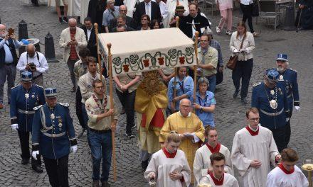Festmesse und Prozession in der Altstadt