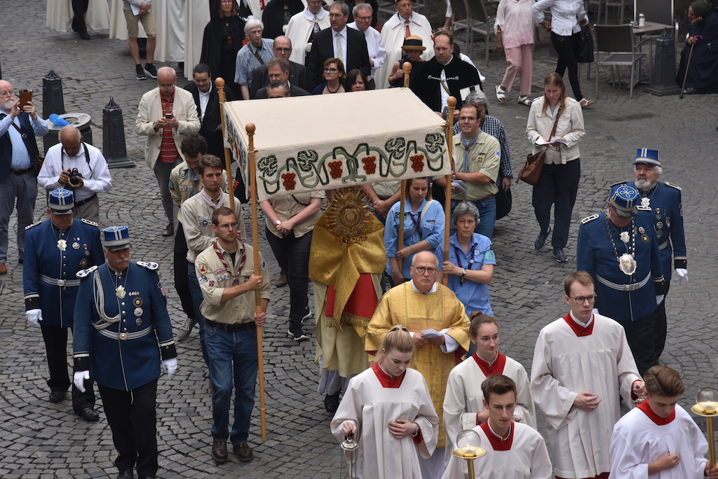 Prozession durch die Altstadt Foto: LOKALBÜRO