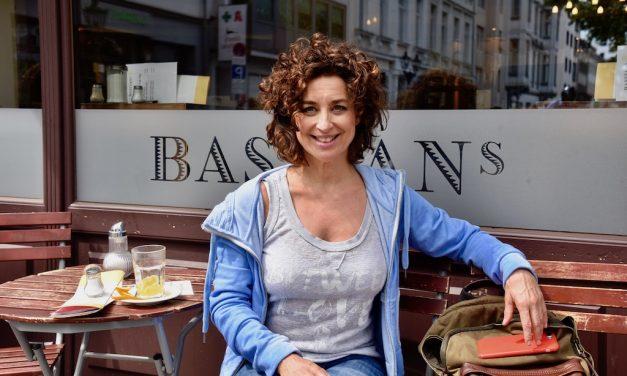Isabel Varell entspannt in der Altstadt