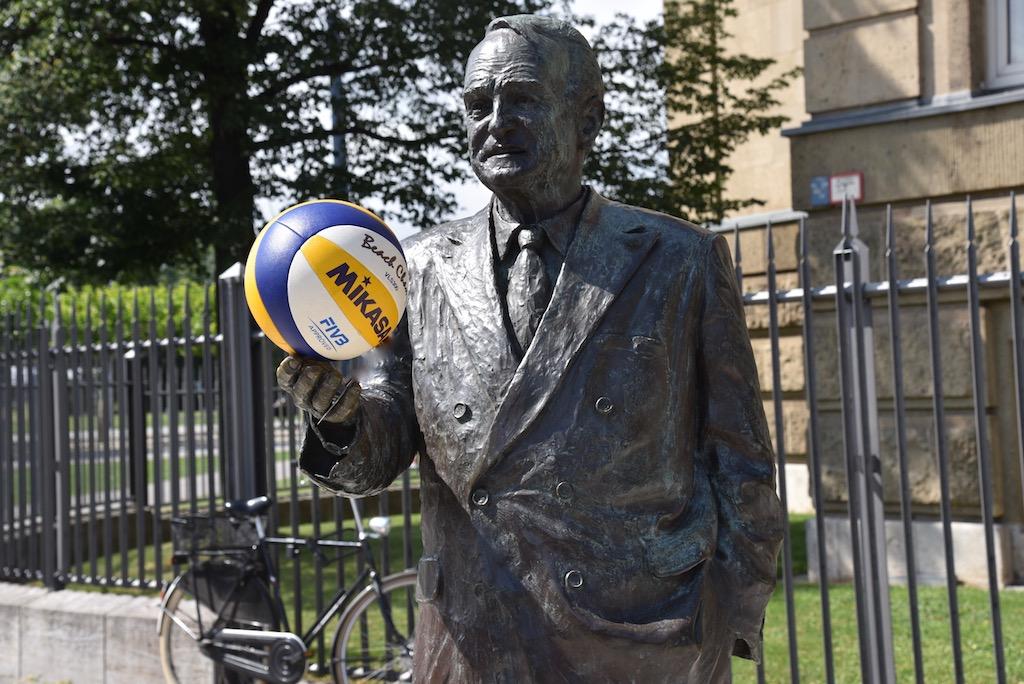 Statur Johannes Rau vor der Staatskanzlei Foto: LOKALBÜRO