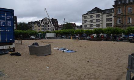 Abbau Spielfeld Beachvolleyball hat begonnen