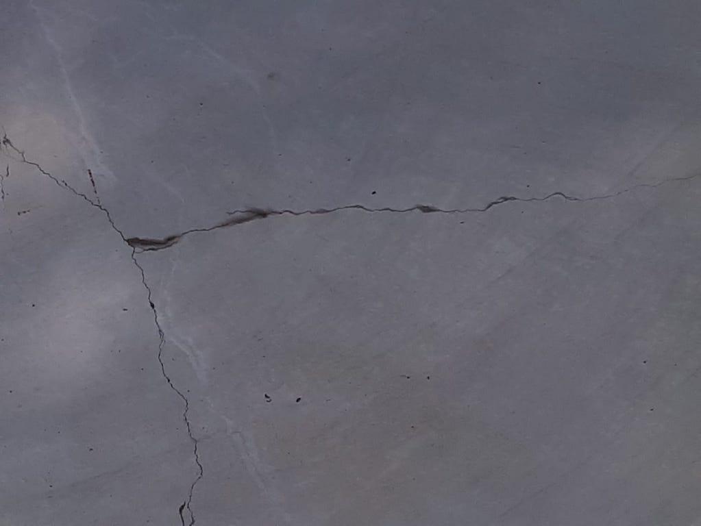 Risse im der Betonfläche Foto: LOKALBÜRO